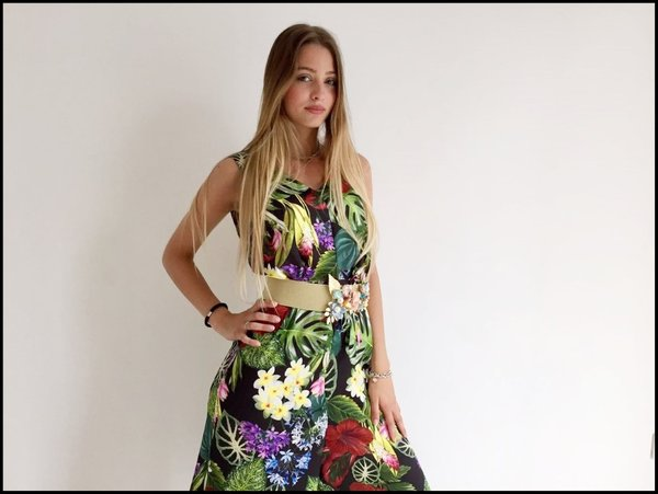 Jumpsuit in fantasia tropicale e cintura elasticizzata con fiori applicati.