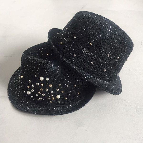 Cappello nero in lurex con perle e borchie.