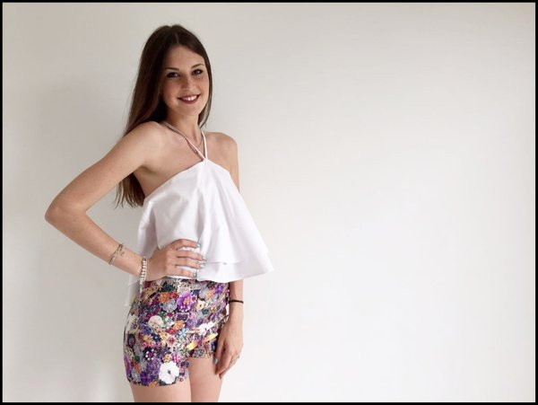 Short in fantasia con pietre colorate e crop top bianco.