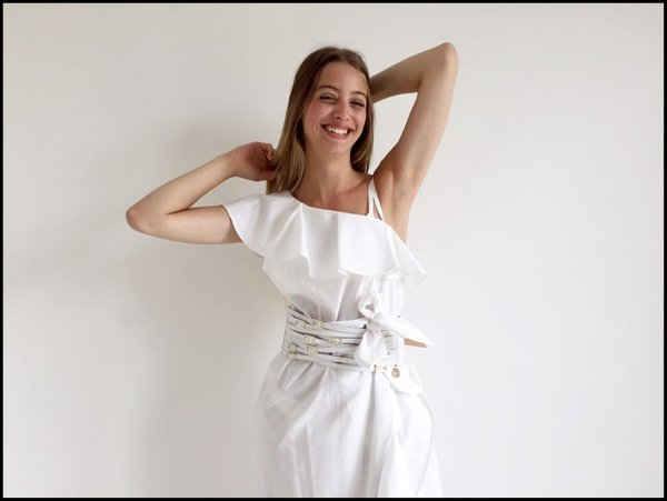 612807281ff8 Monospalla a balze quest abito bianco con cintura alta.