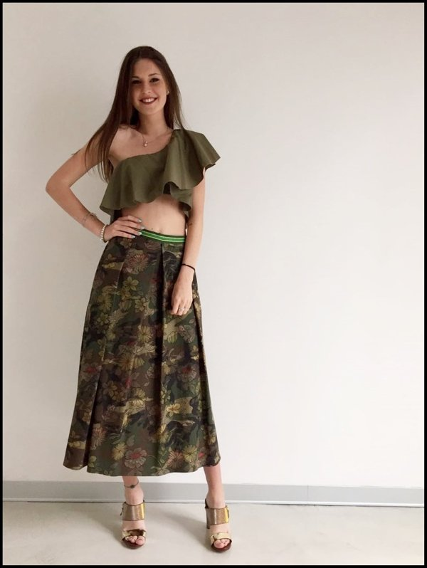 Gonna midi camouflage con crop top balze verde.