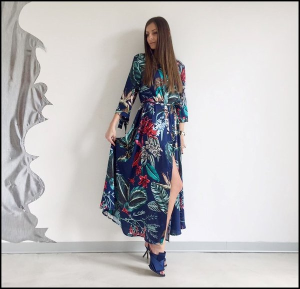 Spacco laterale per questo floreal long dress. Sabot raso blu.