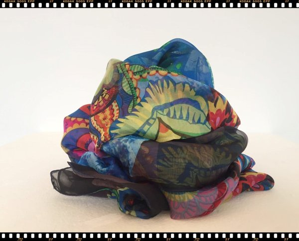 Foulard in viscosa multicolor.