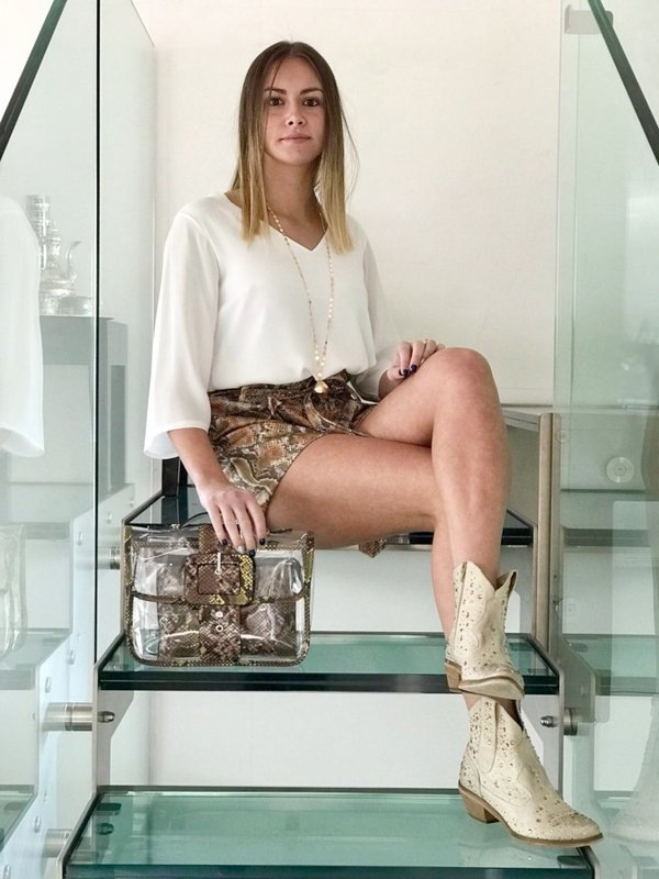 Large shorts e transparent bag piton print con camicia bianca in voille.