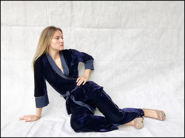 Jumpsuit Gil santucci in velluto blu con cintura e bordature in raso.