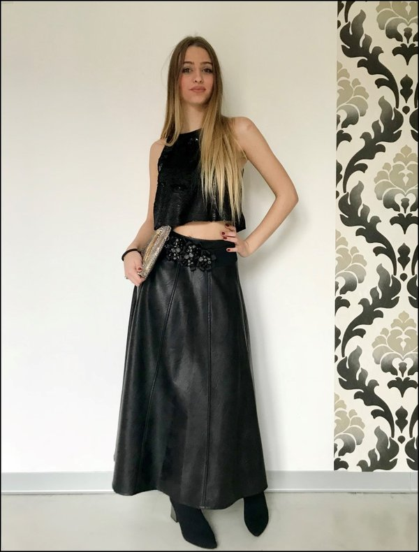 Crop top in paillettes nero su gonna midi in ecopelle Memjs e cintura applicazioni argentate.